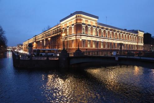 Центральный военно-морской музей в ночное время