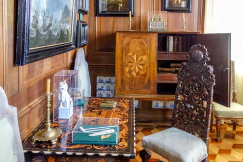 Морской кабинет: рабочий стол и личные вещи Петра Великого.