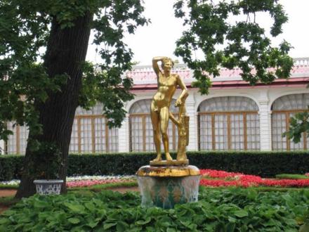 """Один из четырех фонтанов """"Колокол"""", статуя с изображением юного Аполлона."""