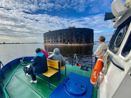 "Вид с экскурсионного парохода на форт ""Александр"""