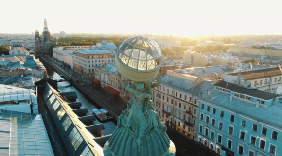 "Валькирии держат глобус на вершине дома компании ""Зингер"""
