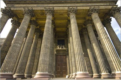 Мощные колонны Казанского Собора