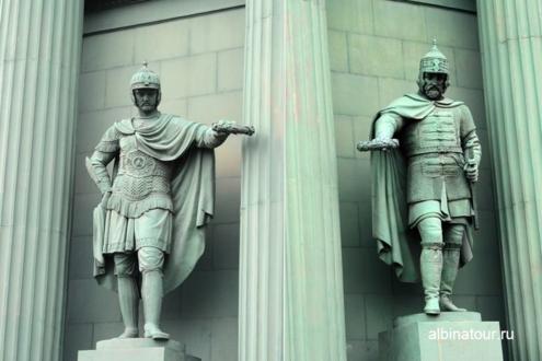 Статуи богатырей у Нарвских ворот