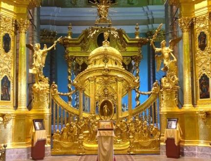 Царские ворота в центре иконостаса