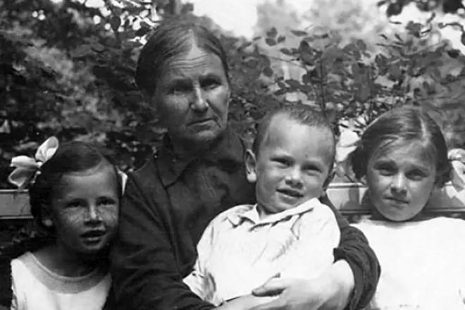 Юл Бриннер в детстве со своей семьей