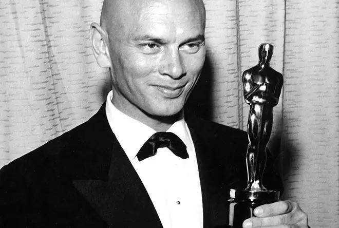 Юл Бриннер с кинопремией «Оскар»