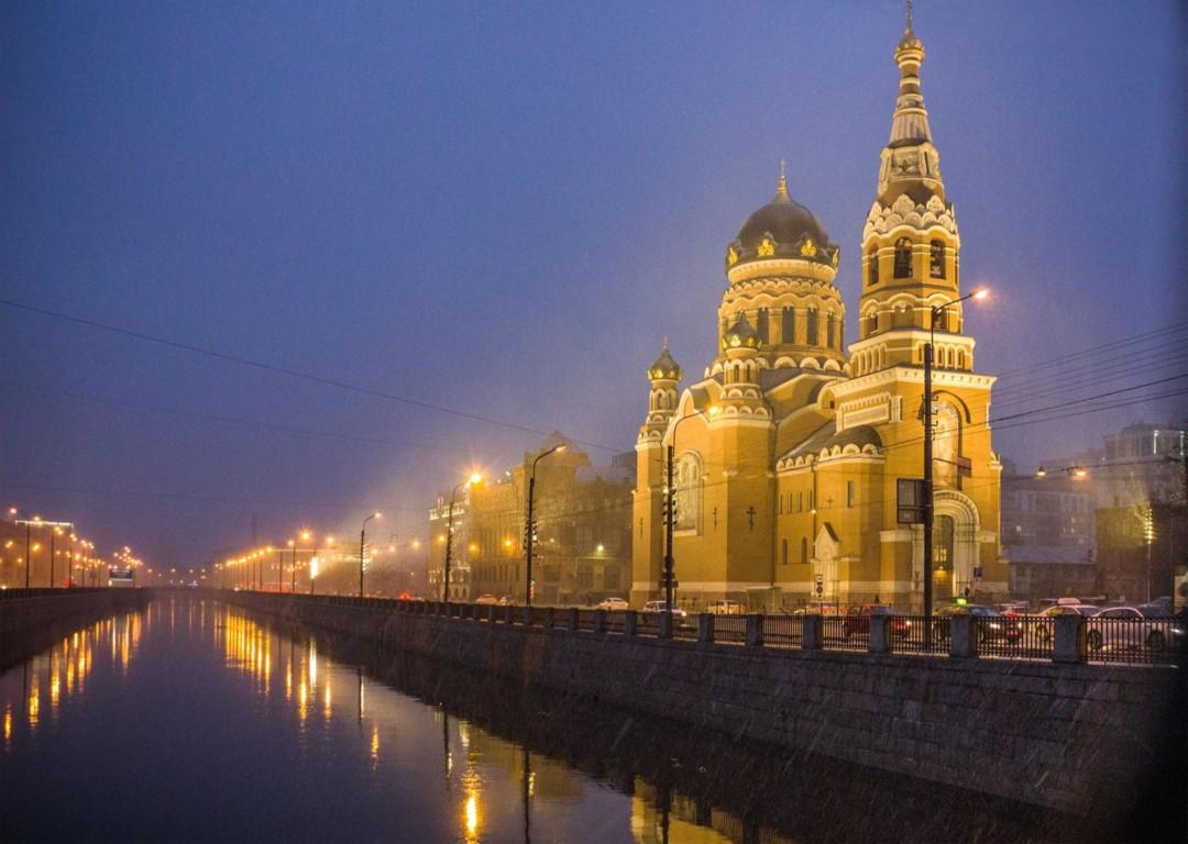 Храм Воскресения Христова в тумане с канала