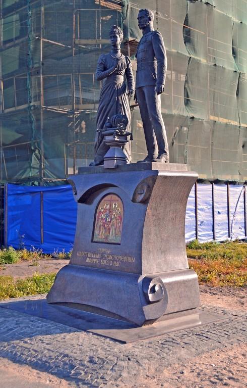 Памятник святым страстотерпцам Николаю II и Александре Фёдоровне возле храма Воскресения Христова