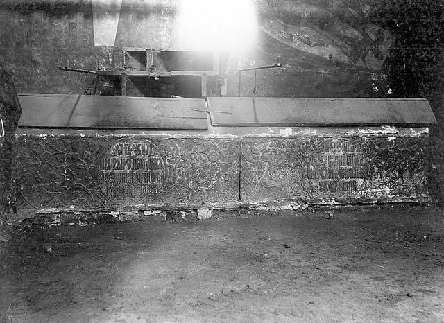 Надгробие Андрея Большого (справа)