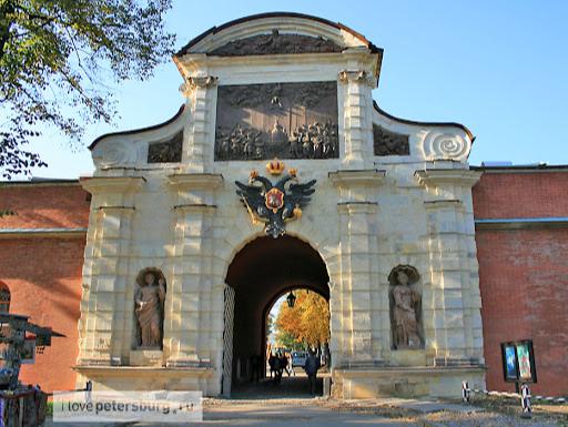 Парадные Петровские ворота Петропавловской крепости