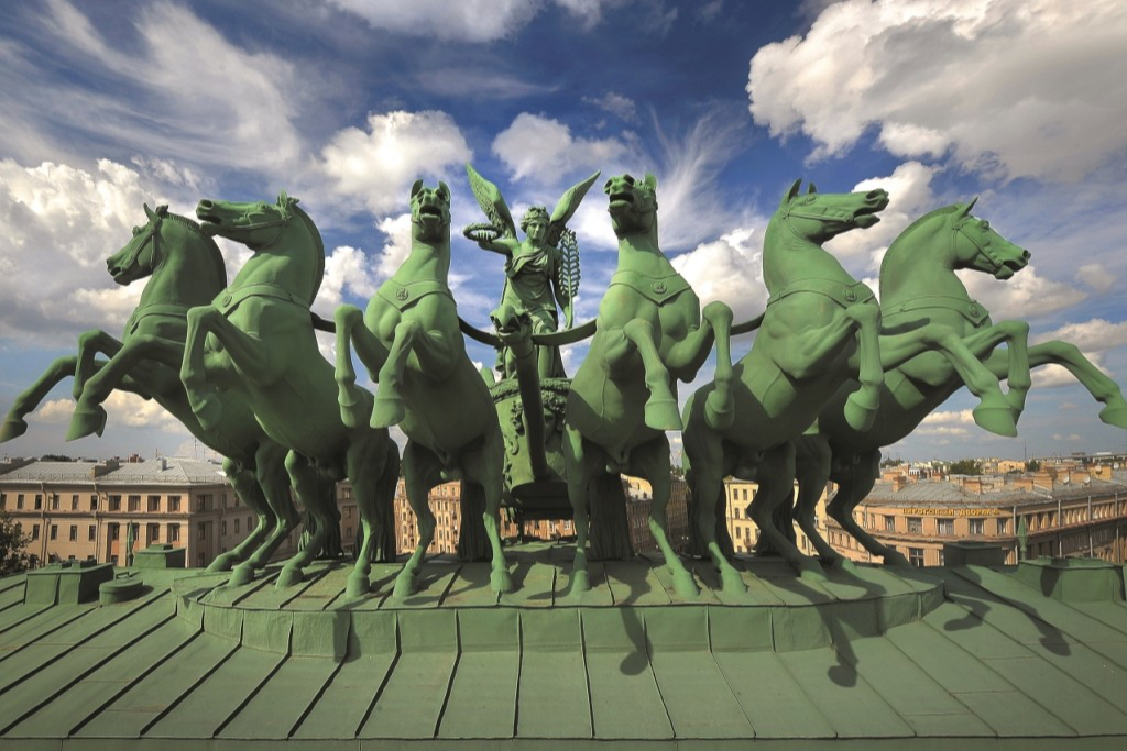 Колесница богини Славы на Нарвских воротах, построенных в честь победы в войне 1812-го года