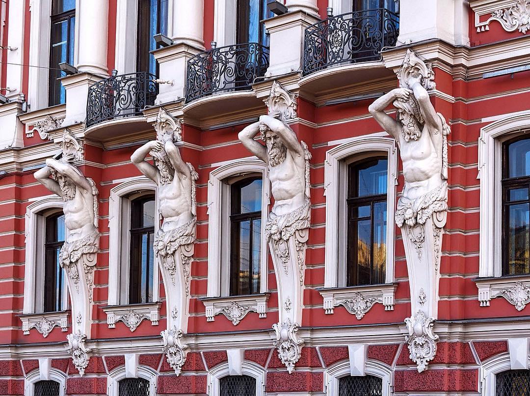 Атланты на фасаде дворца