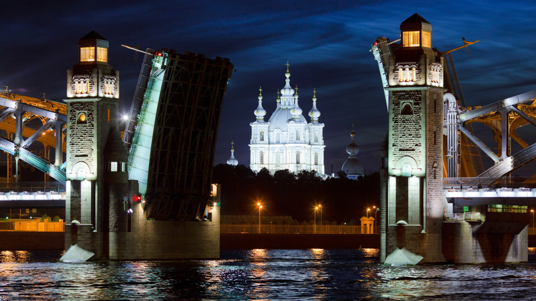 Смольный собор среди раскрытых створок Большеохтинского моста