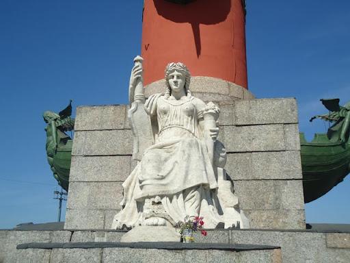 Женская фигура у подножия Ростральной колонны