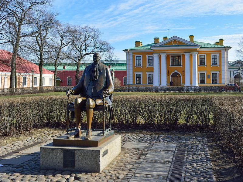 Памятник Петру I работы Михаила Шемякина в Петропавловской крепости