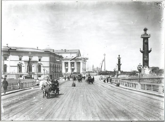 Вид  с Дворцового моста на Стрелку и Ростральные колонны в XIX веке-фото