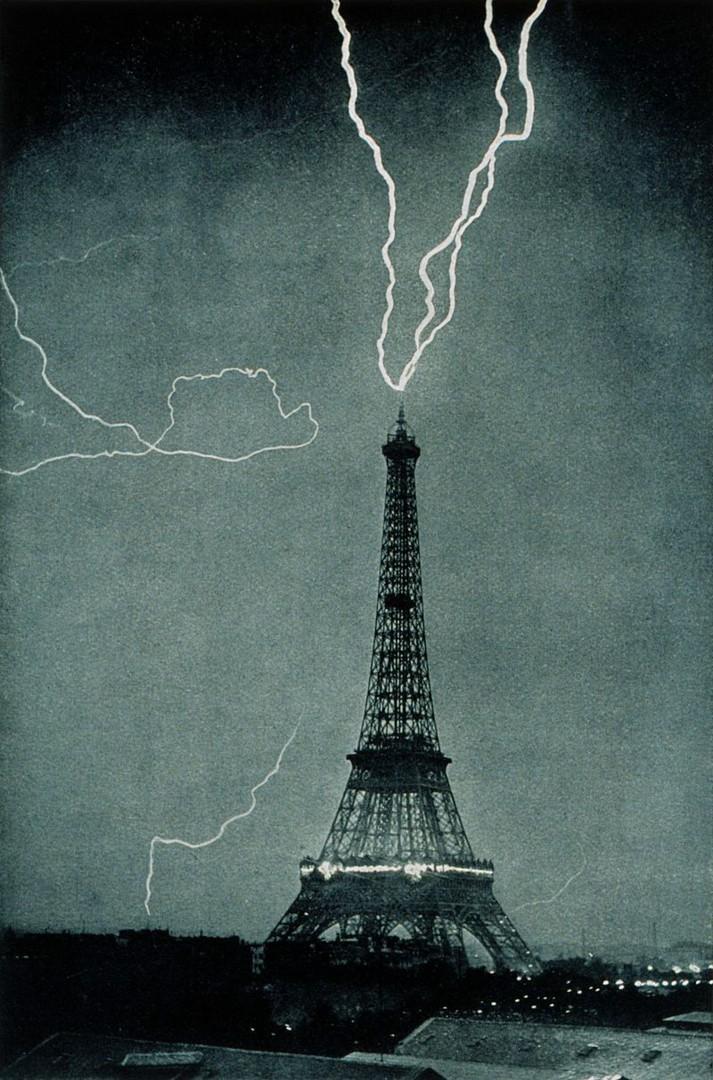 Молния бьёт в Эйфелеву башню, фотография 1902 года