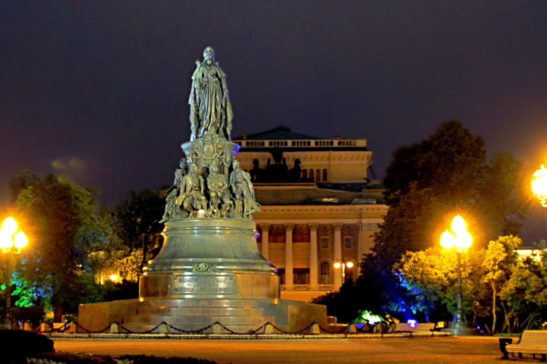 Памятник Великой императрице на площади Островского