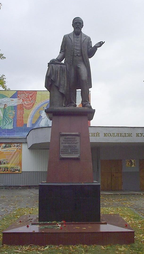 Памятник Василию Осиповичу Ключевскому в Пензе, открытый в 2008 году