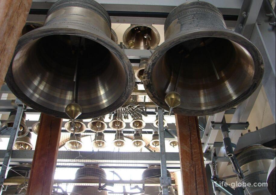 Самый большой колокол весит 3075 кг, самый маленький - 10 кг