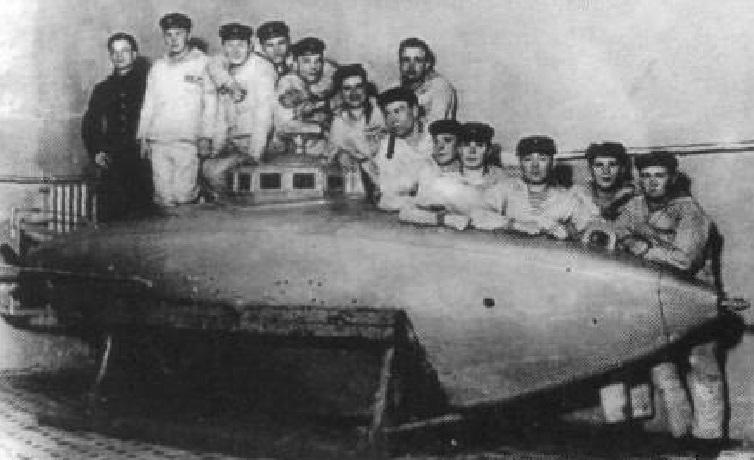 Подводная лодка Почтовый в военном порту имени Александра III в Либаве