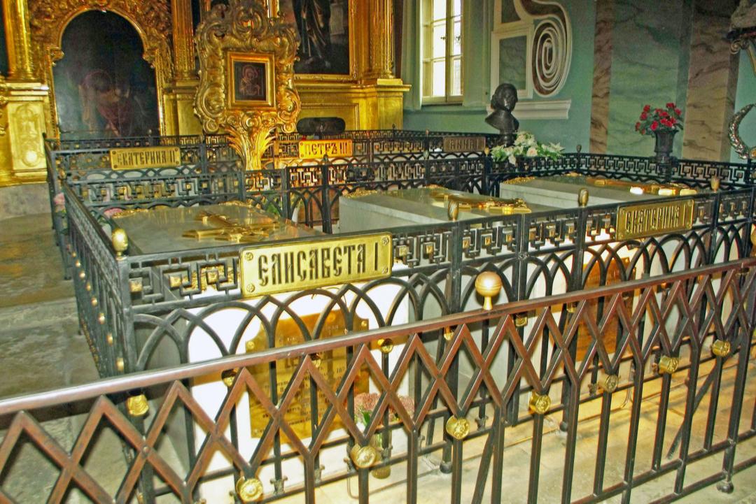 Здесь захоронены почти все цари династии Романовых