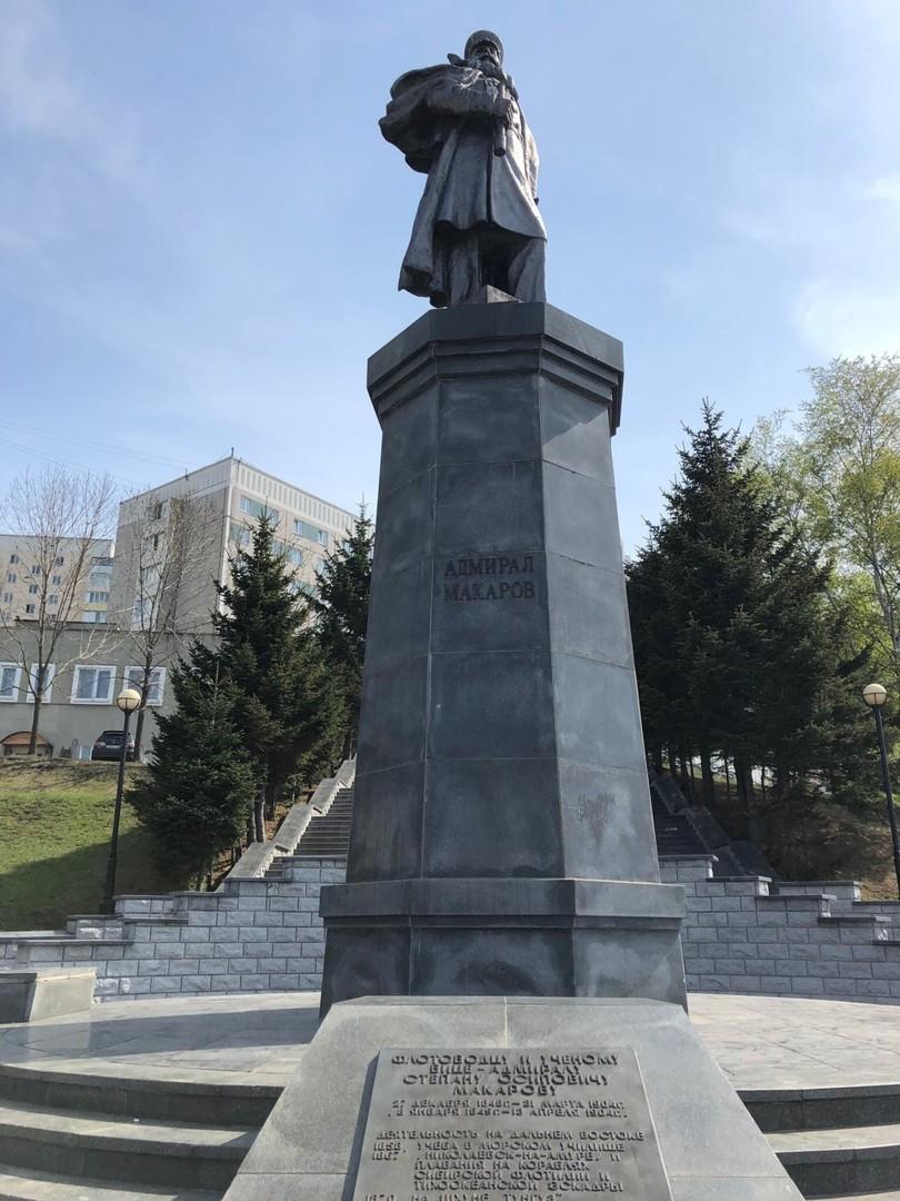 Памятник адмиралу Макарову во Владивостоке
