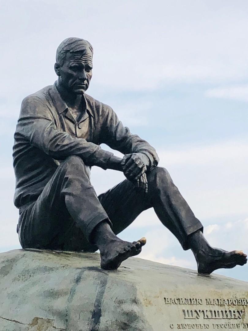 Памятник Шукшину в Сростках