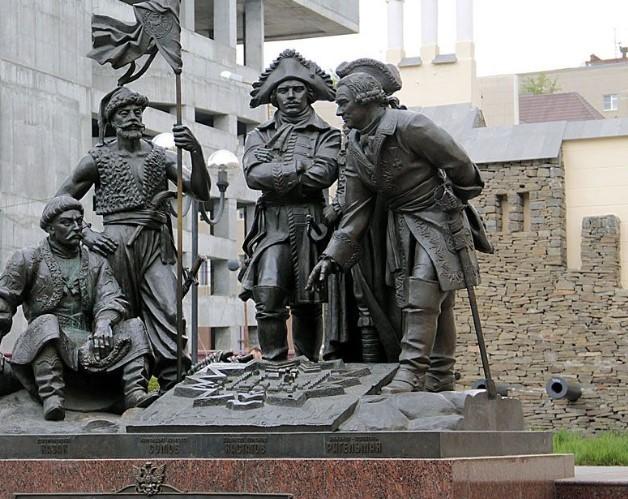 Памятник основателям крепости Димитрия Ростовского