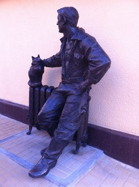 Памятник сантехнику с котом