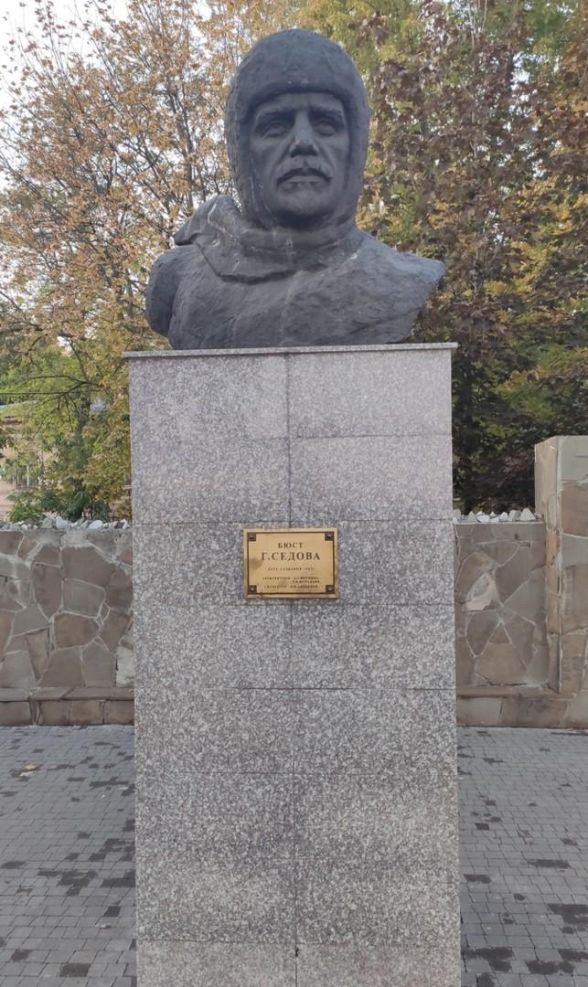 Памятник полярнику Седову