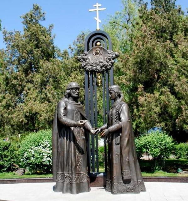 Памятник Петру и Февронии в Ростове-на-Дону