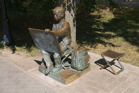 Памятник рисующему мальчику в Великом Новгороде
