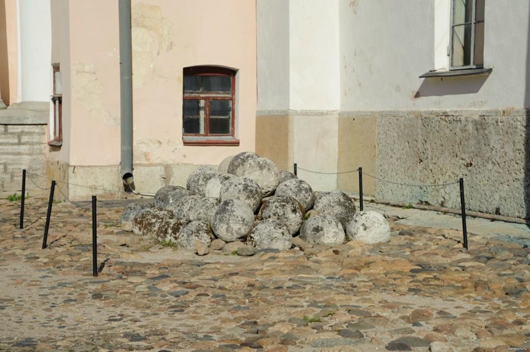 Пушечные ядра в Новгородском Кремле
