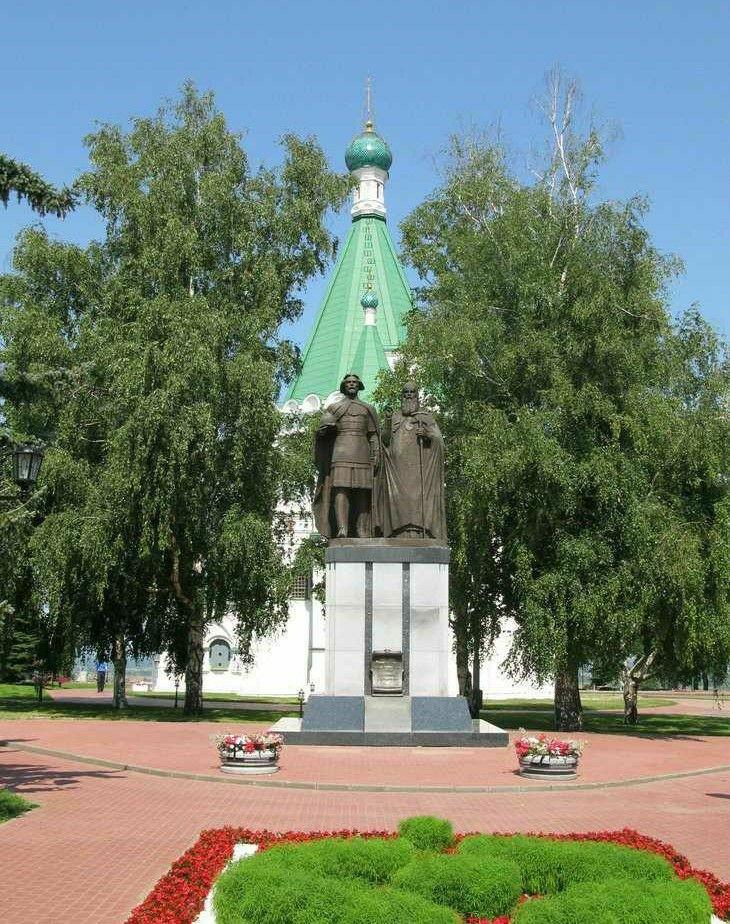 Памятник князю Георгию и святителю Симону в Нижегородском Кремле