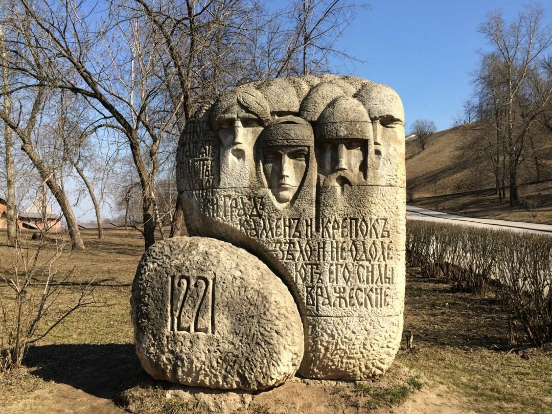 Памятный камень основателям Новгорода