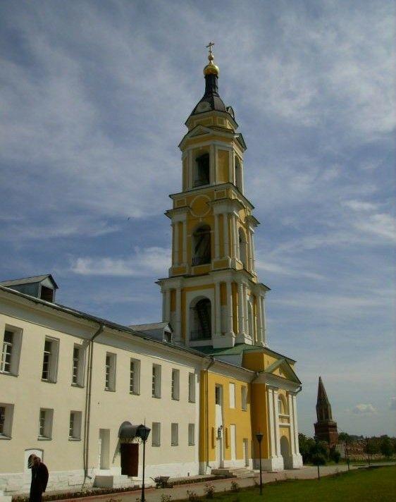 Церковь Введения во храм Пресвятой Богородицы в колокольне Старо-Голутвина монастыря в Коломне