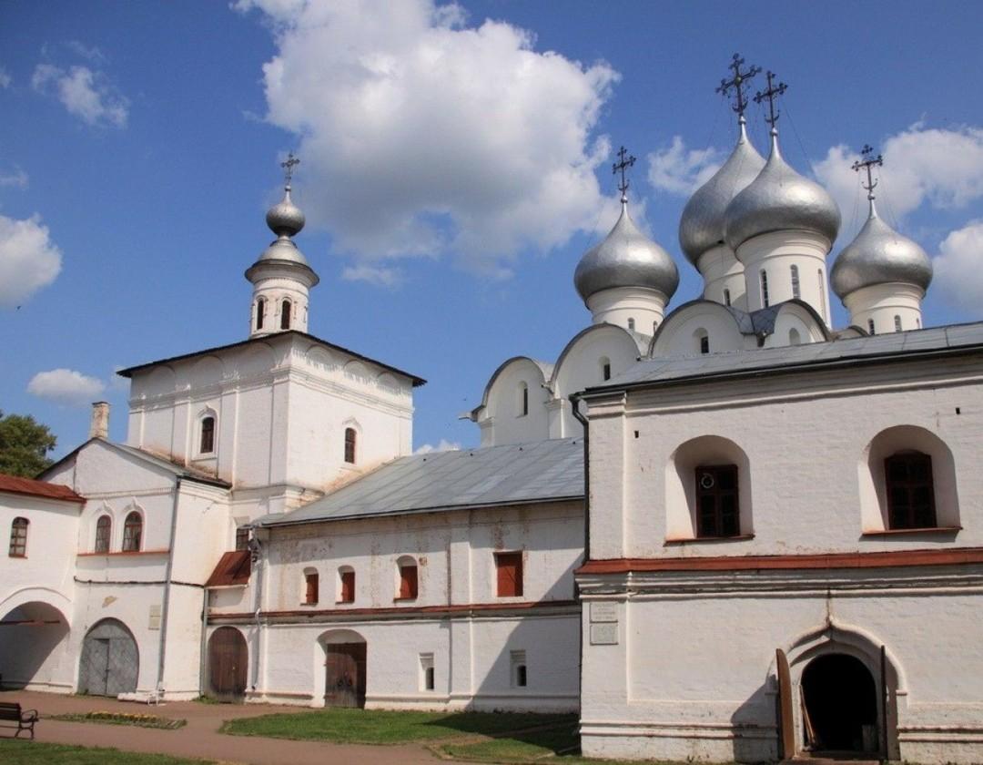 Надвратная церковь Воздвижения Креста Господня на Архиерейском двору в Вологде
