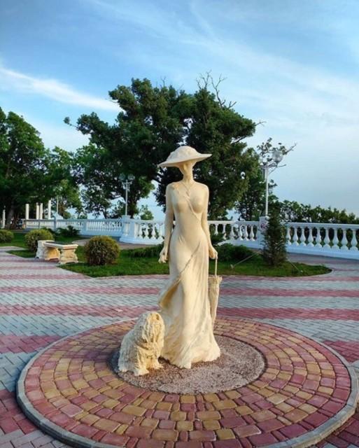 Скульптура Дама с собачкой в Геленджике