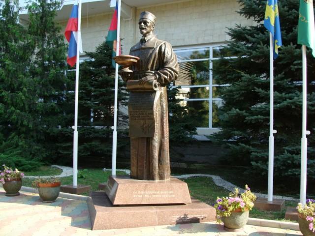 Памятник доктору В.А. Будзинскому в Анапе