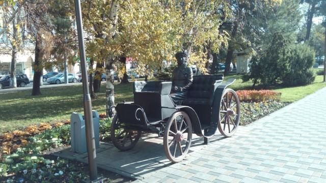 """Скульптура """"Незнакомка в карете"""" в Новороссийске"""