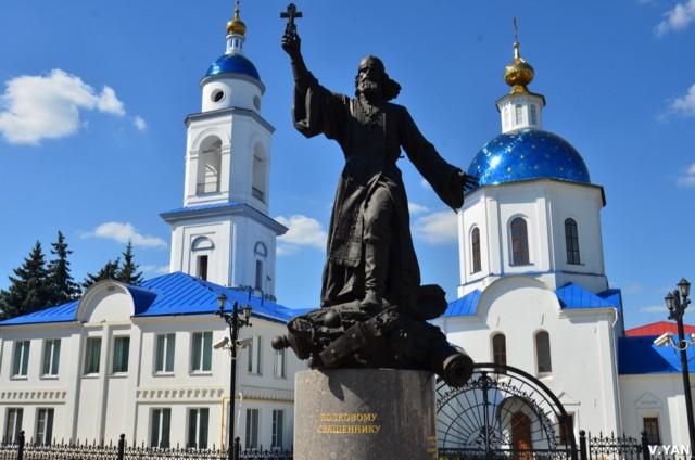 Памятник полковому священнику Василию Васильковскому в Малоярославце