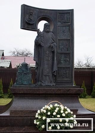 Памятник Преподобному Серафиму Саровскому в Белгороде