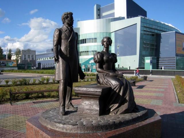 Памятник Александру Пушкину и Наталии Гончаровой в Ханты-Мансийске