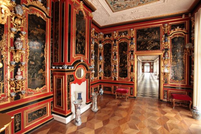 Дворец Монплезир: прелесть Петергофа