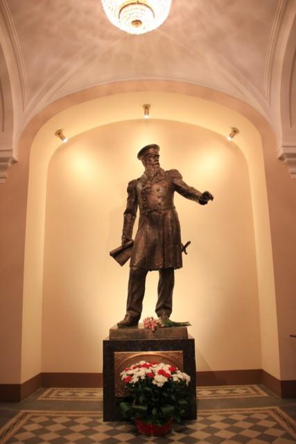 Памятник адмиралу Макарову в Петербургском Государственном университете морского и речного флота имени адмирала С.О. Макарова (ГУМРФ)