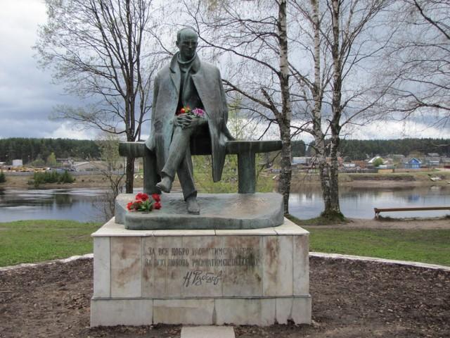 Памятник Николаю Рубцову в Тотьме