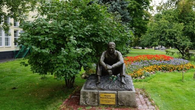 Памятник Василию Шукшину на Мосфильме