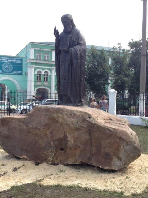 Памятник преподобному Серафиму Саровскому в Орле