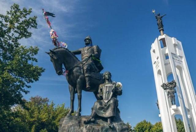 Памятник Александру Пересвету и Бояну на Покровской горе в Брянск